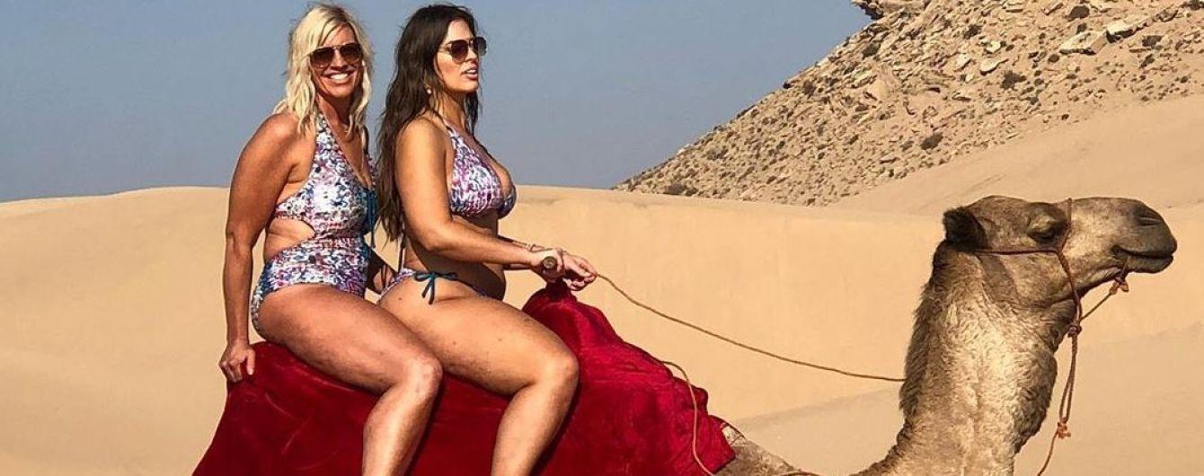 Дело было в пустыне: Эшли Грэм и ее мама в купальниках катались на верблюде