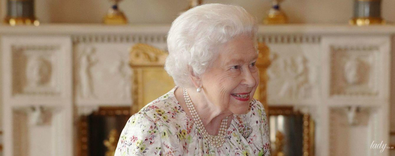 """У новій """"квітковій"""" сукні: 93-річна королева Єлизавета II на прийомі в палаці"""