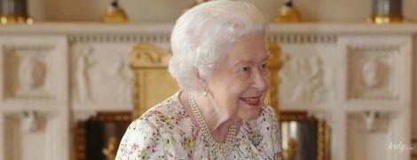 В новом цветочном платье: 93-летняя королева Елизавета II на приеме во дворце