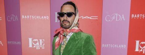 В ярком костюме, платке и с маникюром: известный американский дизайнер удивил образом на светском мероприятии