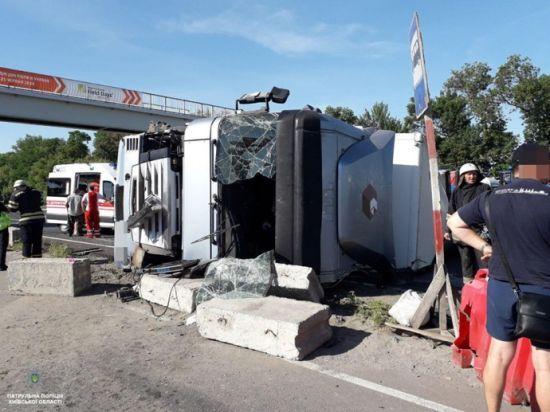 На трасі Київ-Одеса перекинулась вантажівка та перекрила рух