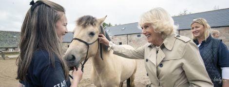 Не побоялась испачкать туфли: герцогиня Корнуольская побывала в конюшне