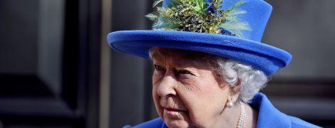 Королеву Єлизавету II випадково вдарили шарфом на офіційному заході