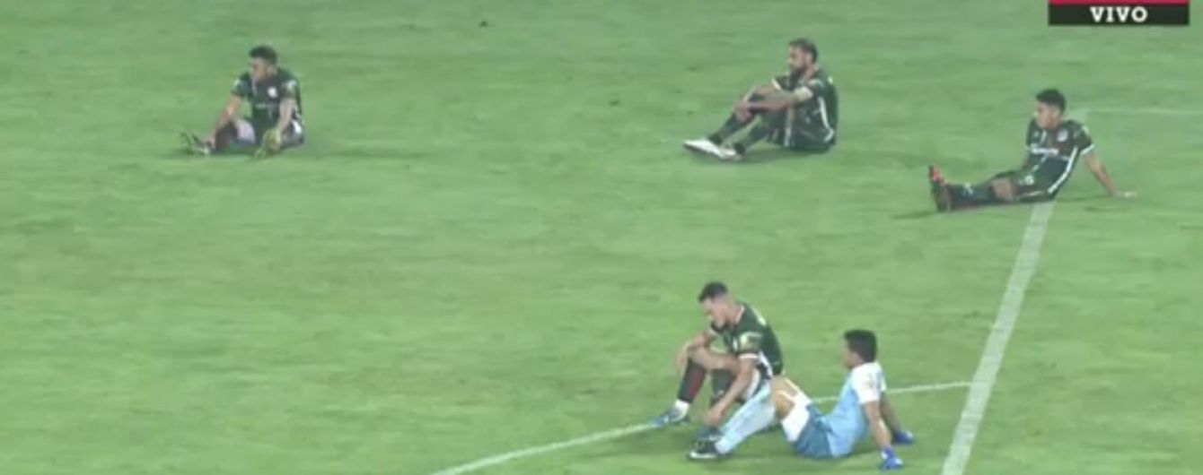 Аргентинская команда устроила сидячий протест во время футбольного матча