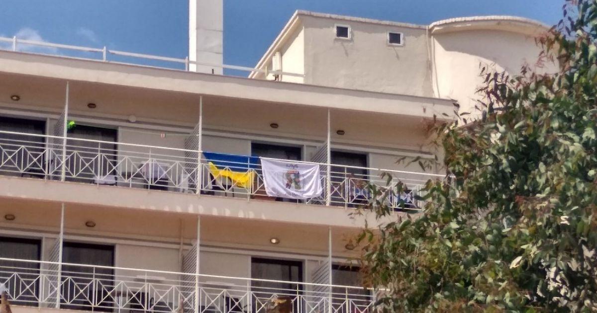 Скандал із прапором України. 30 дітей погрожували виселити з готелю у Греції через стяги