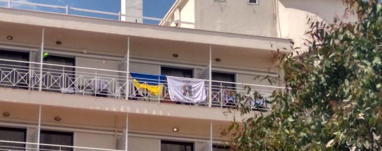 Скандал с флагом Украины. 30 детям угрожали выселением из отеля в Греции из-за флагов