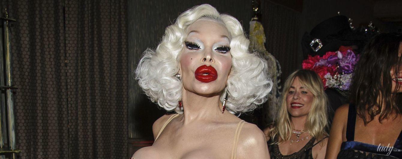 С откровенным декольте и насыщенным макияжем: актриса-транссексуал произвела фурор провокационным образом