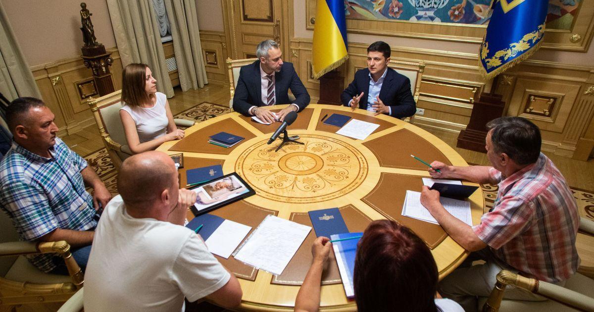 Зеленский встретился с родственниками подозрительно погибших военных
