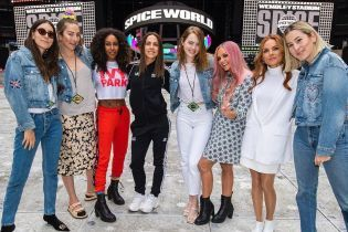 Актриса Эмма Стоун упала во время концерта Spice Girls и сломала плечо