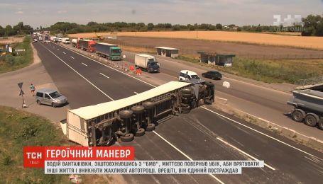 Водитель фуры рискнул жизнью, чтобы избежать ужасной аварии на Одесской трассе
