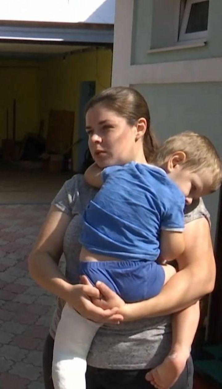 Дворічного хлопчика привалило незакріпленою лавкою на Сумщині