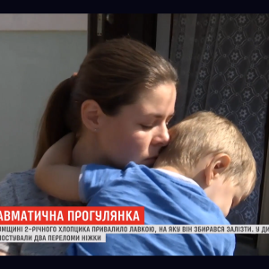 На Сумщині 2-річну дитину привалило незакріпленою лавкою