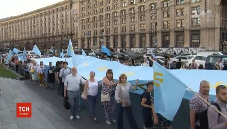Автопробег и 40-метровый флаг - столица отпраздновала День крымскотатарского флага