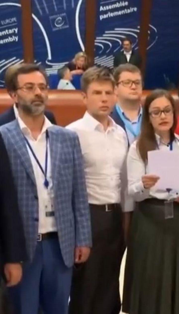 После возвращения РФ в ПАСЕ делегации 7 стран покинули зал ассамблеи в знак протеста