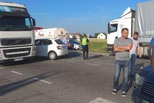 Десяток грузовиков и легковушек столкнулось возле Львова