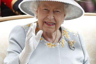 """""""Она очень милая"""": японский музыкант извинился перед королевой Елизаветой II за конфуз с шарфом"""