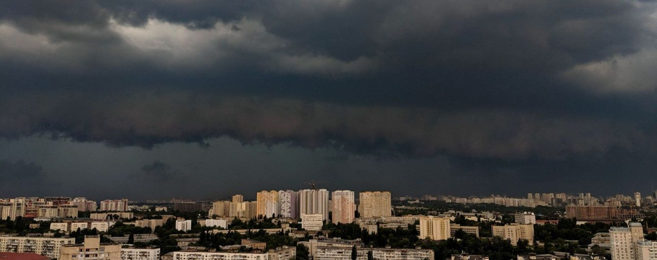 Гроза повалила дерева й потрощила будівництва: перші наслідки потужної негоди в Києві