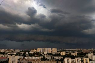Гроза повалила деревья и разнесла строительства: первые последствия мощной непогоды в Киеве