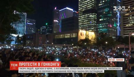 В Гонконге тысячи людей протестуют из-за законопроекта об экстрадиции