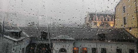 """""""Все фоткают тучи, никто не работает"""". Реакция сети на мощный дождь в Киеве"""