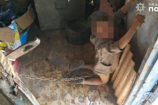 В селе на Луганщине отец посадил на цепь 6-летнего сына
