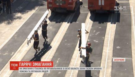 Нырнуть в пламя и остаться живым: пожарные оттачивали свое мастерство в Запорожье