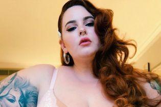 155 килограммов бодипозитива: модель plus-size Тесс Холлидей в купальнике продемонстрировала пышные ягодицы