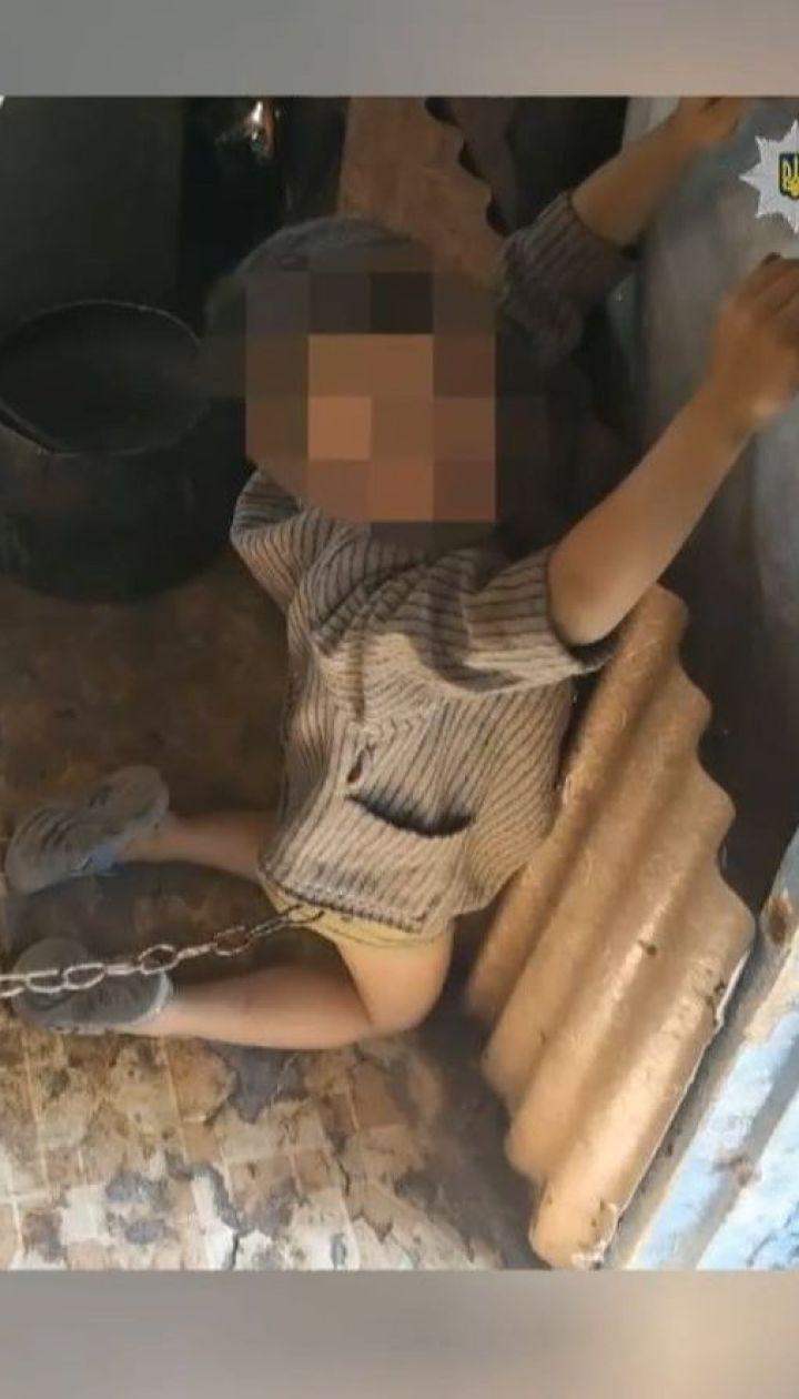 На Луганщине родители привязали 6-летнего сына металлической цепью к входной двери