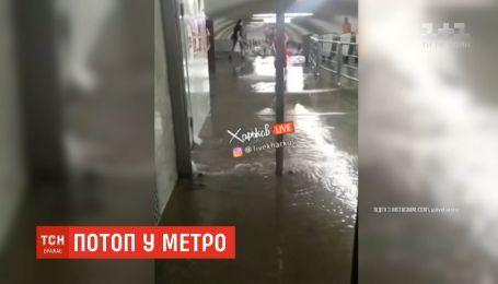 Из-за потопа в харьковском метро люди ожидали поезд, стоя в воде