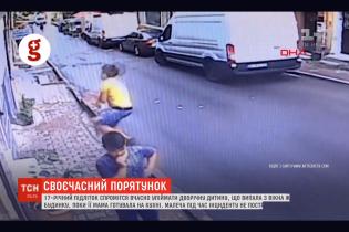 В Стамбуле подросток поймал 2-летнюю малышку, которая выпала из окна