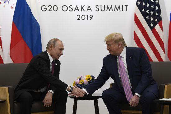 Найстарший з президентів США розкритикував Трампа за жарти з Путіним