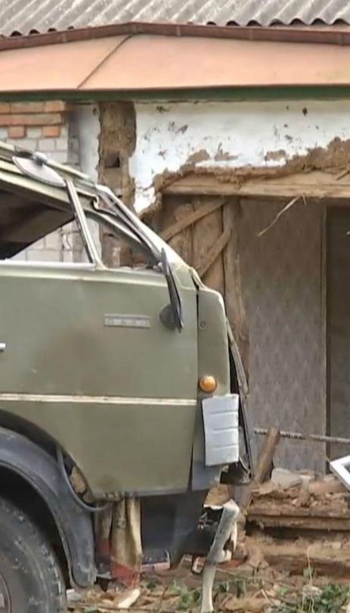 Вантажівка в'їхала в сільський будинок на Харківщині