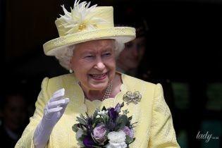 В красивом желтом наряде: королева Елизавета II посетила Шотландию