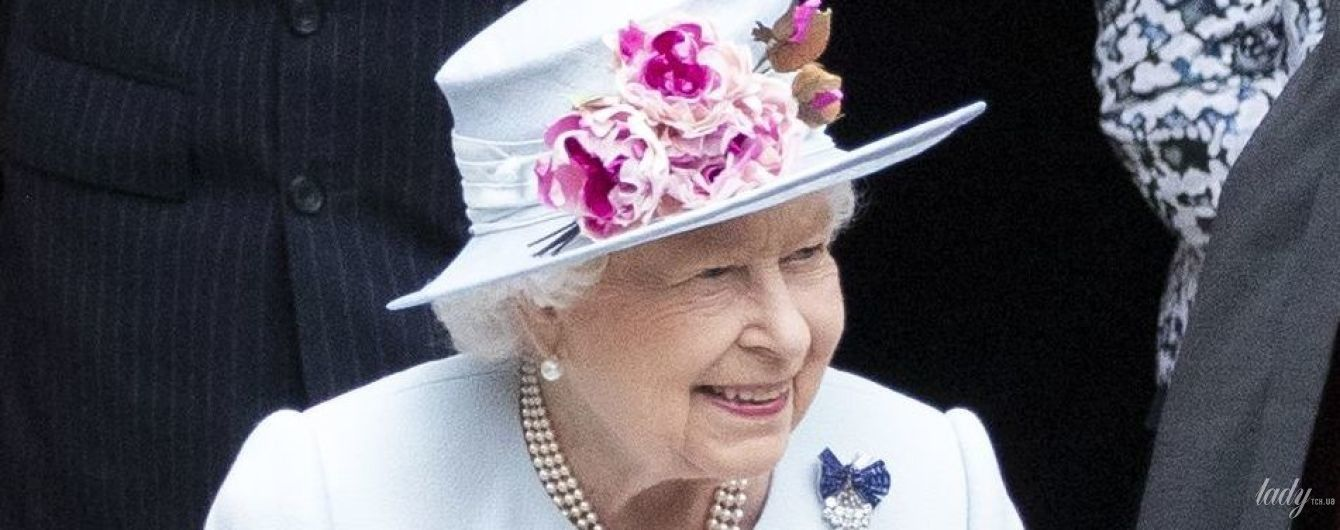 В голубом пальто и шляпе с цветами: королева Елизавета II на службе