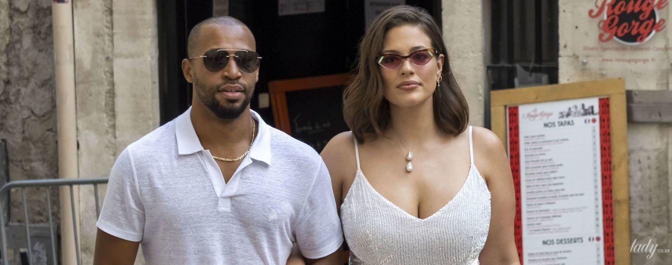 В белом платье с эффектным разрезом: Эшли Грэм с мужем на предсвадебной вечеринке Софи Тернер