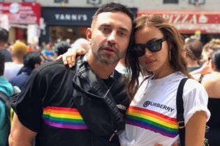 Ирина Шейк в микрошортах позировала в объятиях мускулистых мужчин на ЛГБТ-прайде