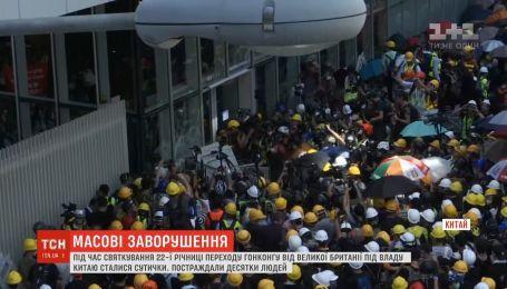 В Гонконге возобновились массовые беспорядки из-за скандального закона об экстрадиции