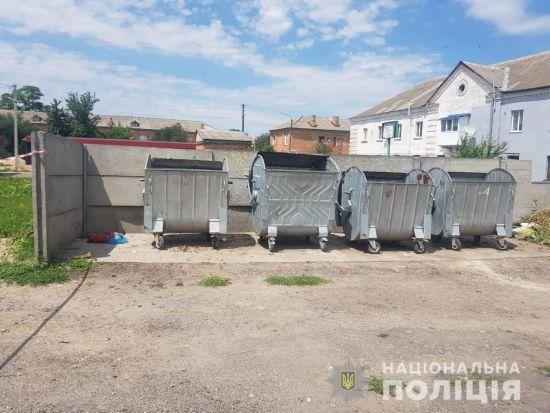 На Київщині перехожі знайшли біля сміттєвого бака мертве немовля