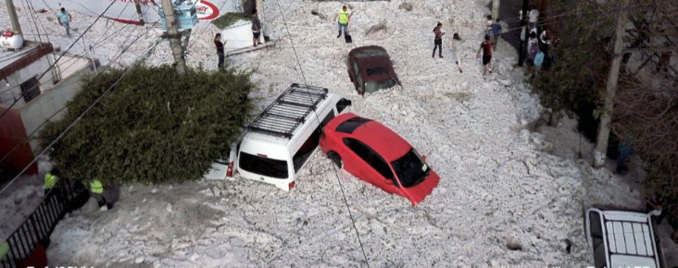 Аномальный град затопил улицы и разнес машины в Мексике. Видео