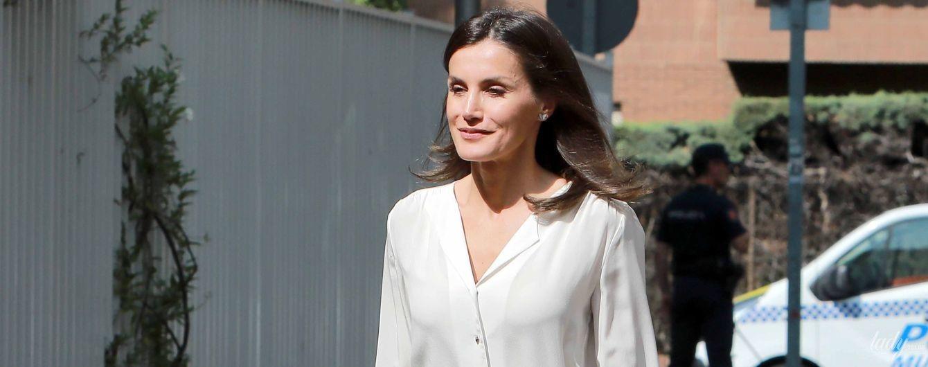 В белой блузке и брюках со стрелками: стильная королева Летиция на деловой встрече