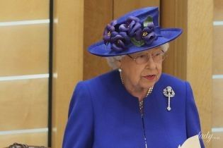 В красивом синем пальто: королева Елизавета II выступила в парламенте