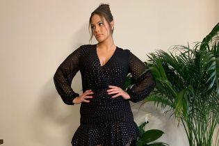 Акцент на ноги: модель plus-size Эшли Грэм позировала в мини-платье