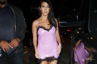 В розовом пеньюаре от Versace: Кортни Кардашьян блеснула стройной фигурой