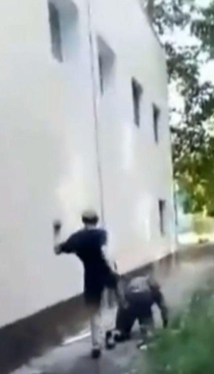 Подростки жестоко избили бездомного в спальном районе столицы