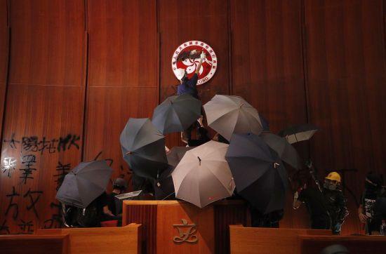 Поліція Гонконгу вигнала протестувальників з парламенту