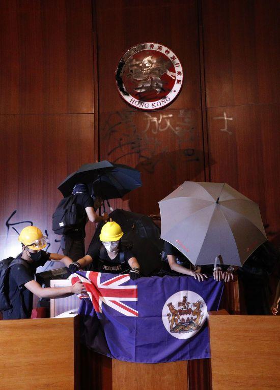 У Гонконзі протестувальники увірвалися до будівлі парламенту і вивісили там колоніальний прапор