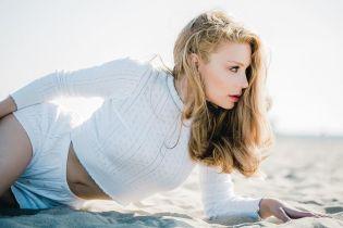 Босоногая Тина Кароль в соблазнительных шортах прошлась по песчаному пляжу
