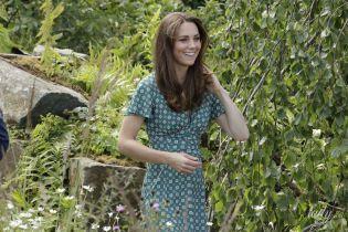 В новом платье и с безупречной укладкой: герцогиня Кембриджская на мероприятии в саду в Хэмптон-Корте