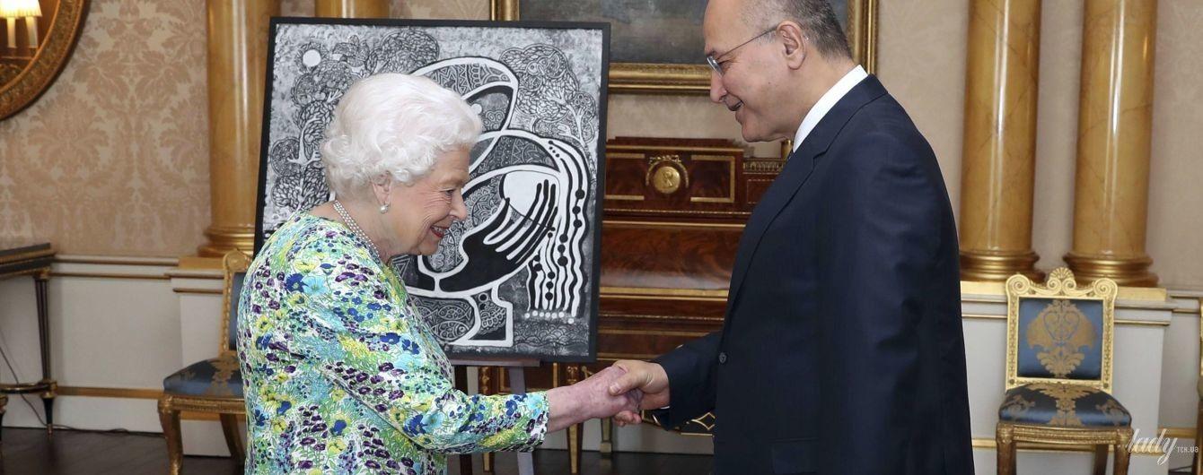 В гардеробе новинка: королева Елизавета II снова удивила образом