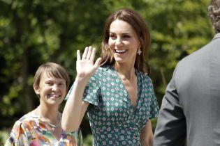 """Утонченная Кейт Миддлтон в летнее платье устроила школьникам """"поиск сокровищ"""" в ее саду"""
